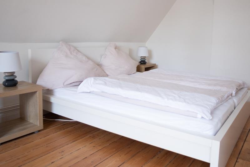 Doppelbett mit Bettwäsche