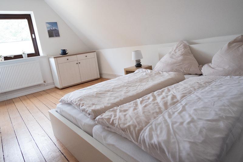 Großes Doppelbett mit Bettwäsche