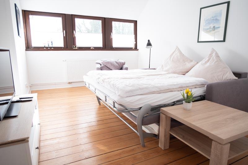 Sofa-Doppelbett mit Bettwäsche