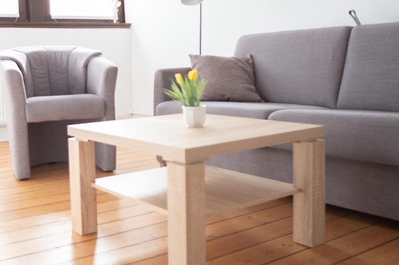 Schlafcouch mit Sessel und Tisch